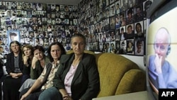 Žene iz Srebrenice u Tuzli prate TV prenos prvog pojavljivanja Ratka Mladića pred Haškim sudom.