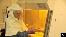 Il faut prendre de grandes précautions lorsque l'on suspecte la fièvre à virus Ebola, qui est hautement contagieuse