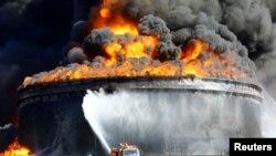 Incendie d'un réservoir de brut à Ras Lanouf en Libye le 29 décembre 2014.