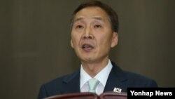제7차 개성공단 남북당국간 실무회담이 14일 극적으로 타결된 가운데, 김기웅 남측 수석대표가 회담 결과에 대한 기자회견을 하고 있다.