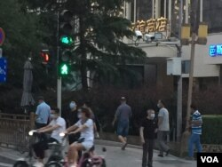 2020年6月14日傍晚,口罩防范疫情的路人在北京友谊商店周边。(美国之音叶兵拍摄)