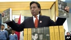 """El ex-presidente del Perú, Alejandro Toledo, muestra copias de su libro """"Memoria y Destino del Perú"""". Foto de archivo: June 15, 2004."""