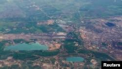 Pemandangan dari udara bekas tambang di Kalimantan Timur, 18 November 2015. (Foto: Antara via Reuters)