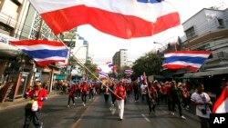 Demonstran anti-pemerintah Thailand berpawai melewati jalanan di wilayah pecinan, Bangkok (1/2).