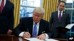 Tổng thống Donald Trump chính thức rút Mỹ ra khỏi Hiệp định Đối tác Xuyên Thái Bình Dương TPP.