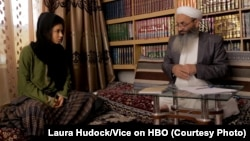 جریان مصاحبۀ ازوبل یانگ با نذیر احمد حنفی عضو ولسی جرگه افغانستان Photo credit: Laura Hudock for VICEon HBO