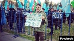 Mehman Hüseynov mitinqdə şüar qaldırır (Foto İsa Qəmbərin facebook səhifəsindən götürülüb)