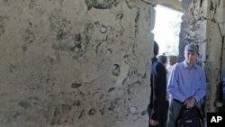 باڵیۆز ڕۆبهرت فۆرد له میانهی سهردانیدا بۆ ناوچهی جسر ئهلشوغور، مانگی شهشی 2011