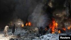 지난 12일 시리아 이들리브시의 한 시장이 정부군 공습을 받아 화염에 휩싸였다. (자료사진)