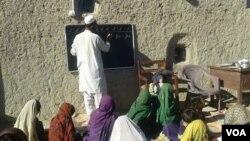 حافظ احسان الله خپل شخصي سکول کې ماشومانو ته درس ورکوي