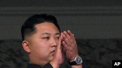 金正恩出席阅兵式