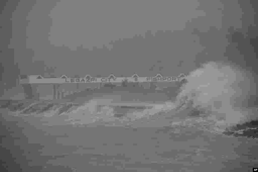 Huge waves brought about by Typhoon Haiyan hit the shoreline in Legazpi city, Albay province, Philippines, Nov. 8, 2013.
