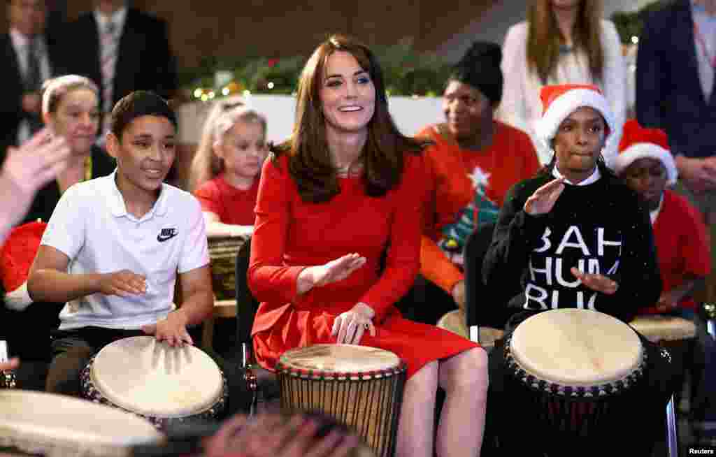 Catherine, Duchess of Cambridge, ikut 'terapi musik' main drum ketika menghadiri pesta natal sekolah Anna Freud di Anna Freud Centre, London.