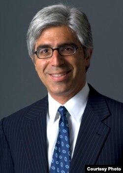 代表沃尔玛公司的西奥多•布特罗斯律师