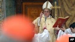 梵蒂崗報章提供的照片羅馬天主教教宗方濟3月14日在西斯汀教堂與樞機主教們一起祈禱﹐並舉行了慶祝彌撒。