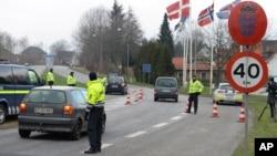 지난달 4일 독일 북부와 덴마크 남부 국경 지역에서 덴마트 경찰이 입국 차량들을 검문하고 있다. (자료사진)