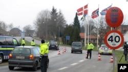 La policía danesa patrulla el cruce fronterizo con Alemania en Padborg, Dinamarca, el lunes, 4 de enero de 2016.
