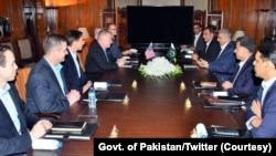 امریکی جنرل 17 رکنی وفد کے ہمراہ اسلام آباد پہنچے ہیں۔ جنرل باجوہ سے ملاقات میں جیو اسٹریٹجک ماحول اور علاقائی سکیورٹی پر بھی تبادلہ خیال ہوا۔