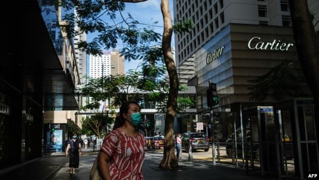 行人佩戴口罩走过香港中环的街道。(2020年7月16日)