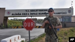 Turski vojnik pred zatvorom Aliaga, trenutnom prebivalištu američkog pastora Endru Brensonu