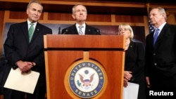 Pemimpin mayoritas Senat AS Harry Reid berbicara setelah pemungutan suara di Gedung Capitol Hill, Washington (16/10). (Reuters/Kevin Lamarque)