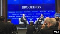 Presiden Joko Widodo (depan, kanan) dalam acara di lembaga Brookings Institution di Washington DC hari Selasa (27/10).
