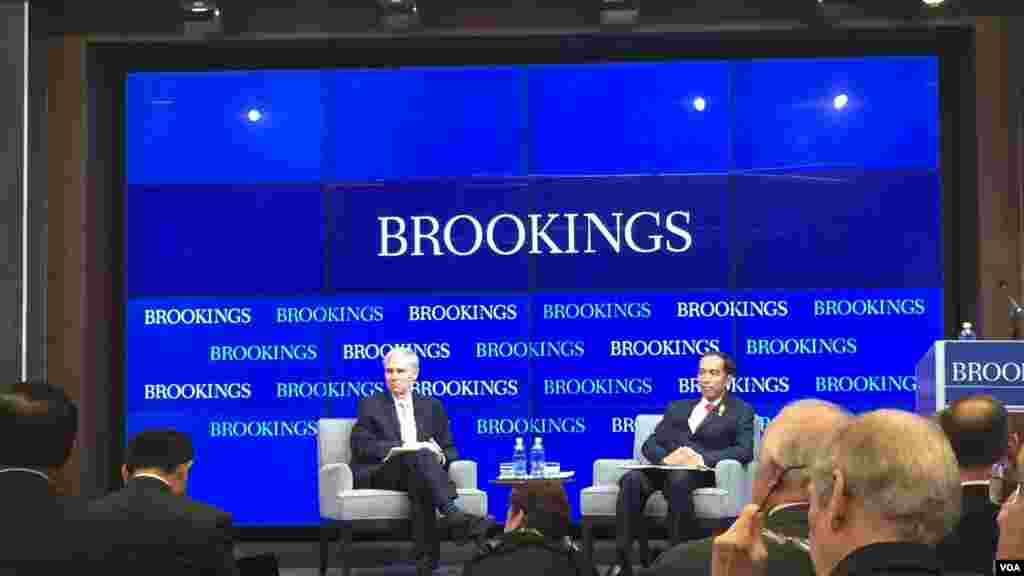 Presiden Joko Widodo berbicara dalam diskusi di lembaga Brookings Institution di Washington, DC (27/10).