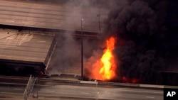 Un tramo de la Interestatal 85 se derrumbó tras registrarse un incendio de gran magnitud en el centro de la ciudad. No se reportaron personas heridas
