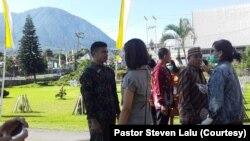 Pemeriksaan suhu tubuh kepada umat yang hendak memasuki gedung gereja Katedral Ruteng, Nusa Tenggara Timur pada saat upacara penahbisan Uskup Ruteng, Kamis, 19 Maret 2020. ( Foto: Pastor Steven Lalu)