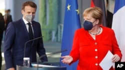 Thủ tướng Đức Angela Merkel (phải) và Tổng thống Pháp Emmanuel Macron. Pháp và Đức mong muốn có thể hợp tác với Nga về chống biến đổi khí hậu và tìm cách ổn định quan hệ.