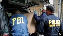 Para petugas biro penyelidik federal AS (FBI) dalam sebuah operasi (foto: ilustrasi).