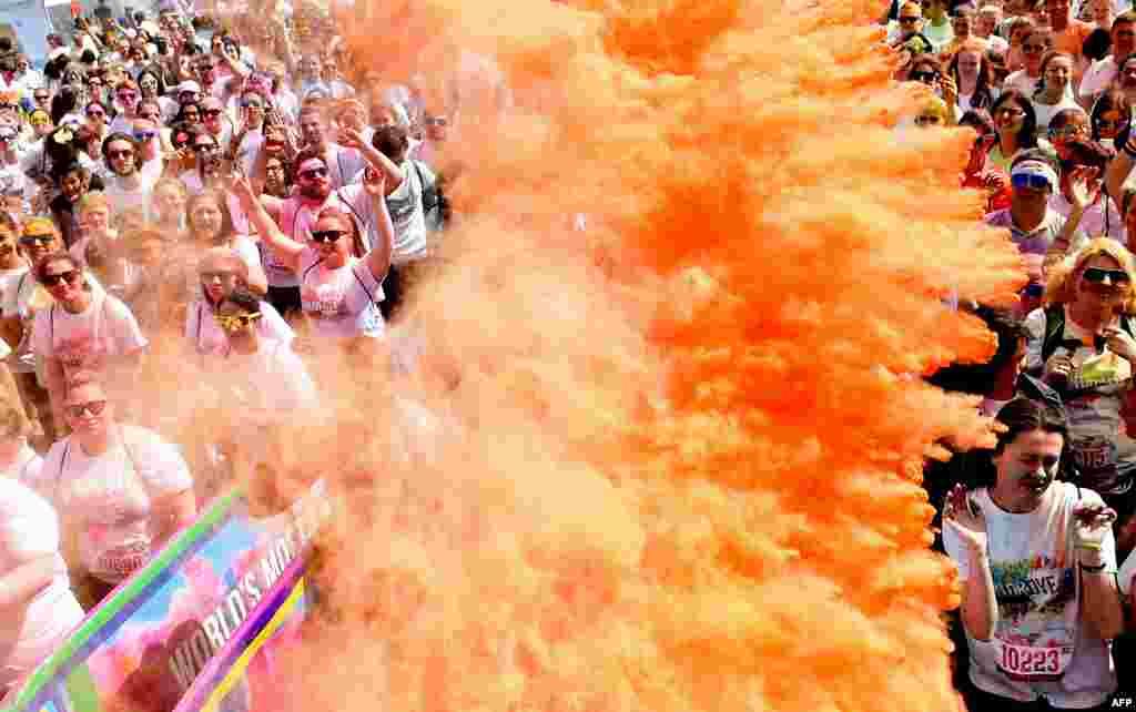 """អ្នកចូលរួមដែលគ្រប់ដណ្តប់ដោយម្សៅពណ៌ ខណៈពេលដែលពួកគេត្រៀមខ្លួនរត់ប្រណាំងពណ៌ """"Dye race""""  ក្នុងទីក្រុង Liverpool ទិសពាយព្យ ប្រទេសអង់គ្លេស កាលពីថ្ងៃទី៦ ខែមិថុនា ឆ្នាំ២០១៥។"""