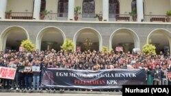 Ratusan sivitas akademisi UGM berharap Jokowi memperkuat KPK, bukan sebaliknya.(Foto:VOA/ Nurhadi)