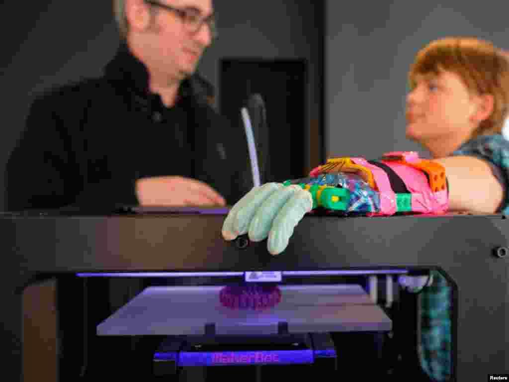 تھری ڈی پرنٹر سے بنایاگیا رنگ برنگا مصنوعی ہاتھ