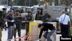 نیروهای اسرائیلی در حال بازرسی صحنه حمله یک فلسطینی به سربازان با تبر در اردوگاه پناهندگان عروب