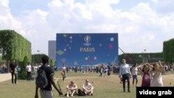 La fan zone, près de la Tour Eiffel, Paris.