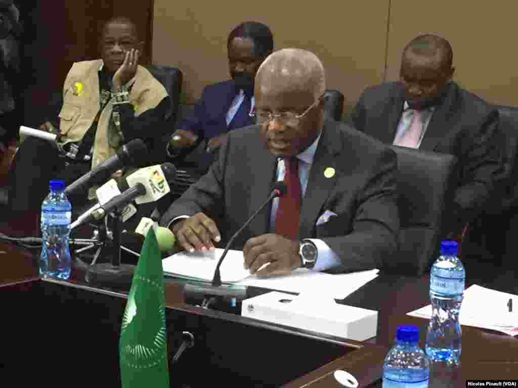 Jean Eyeghé Ndong, chef de la mission d'observation de l'Union africaine au Niger, s'exprime à Niamey le 20 février 2016. Il a appelé au respect de la démocratie. (VOA/Nicolas Pinault)