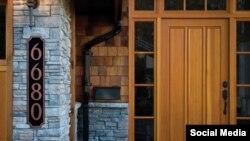 معمولا صاحبان خانه، عدد خانه شان را برای آسان شدن کار پستچی یا مهمانان احتمالی به صورت اعدادی بر در یا دیوار خانه می چسبانند.