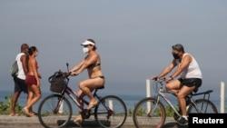 巴西里約熱內盧的民眾騎自行車在戶外活動(路透社2020年6月12日)