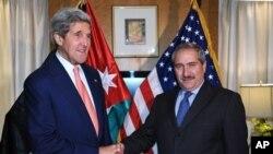 AQSh Davlat kotibi Jon Kerri (chapda) Iordaniya Tashqi ishlar vaziri Nasser Juda bilan, 16-iyul, 2013-yil.
