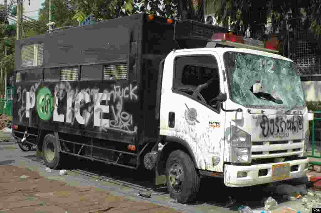 A vandalized police van on a Bangkok street, Dec. 3, 2013. (Steve Herman/VOA)