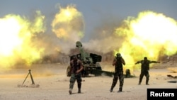 什叶派战斗人员和伊拉克政府军在费卢杰附近对IS武装开炮(2016年5月29日)