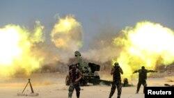 Des combattants chiites et soldats de l'armée irakienne attaquent les jihadistes près de Fallouja (29 mai 2016)