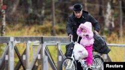 Arrivés de Russie, des migrants entrent en Norvège à vélo pour se conformer à une loi russe interdisant la traversée de la zone frontalière à pied.
