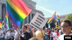 Warga LGBT (Lesbian, Gay, Biseksual atau Transgender) tengah berunjuk rasa di depan salah satu gedung pemerintah AS di Washington DC (Foto: dok). Jajak pendapat Gallup menunjukkan bahwa 10 persen penduduk Washington DC menyebut diri mereka LGBT.