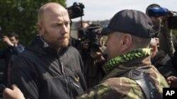 El jefe de los observadores europeos, el coronel alemán Axel Schneider, momentos antes de abandonar Slaviansk.