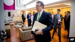Menlu Meksiko Marcelo Ebrard usai melakukan pembicaraan dengan pejabat AS soal migrasi di Washington DC.