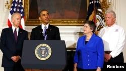 美國國土安全部長納波利塔諾(右)出席白宮記者會﹐美國總統奧巴馬(中)宣佈俄克拉荷馬州的風災為重大災害。左為副總統拜登