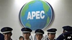 日本安全人员守卫在APEC会场外