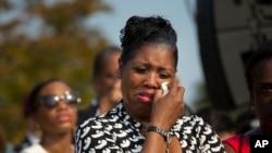 Une femme non-identifiée essuie ses larmes en écoutant le président Obama au Pentagone, le 11 sept. 2013